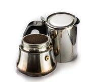 Fertiger moka Topf und grinded Kaffee auf einer weißen Tabelle lizenzfreies stockbild