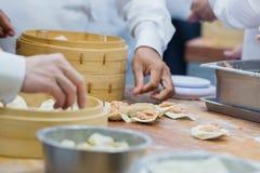 Fertigung des chinesischen Lebensmittels, dim sum Stockbild
