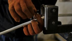 Fertigung des Metalls Borten für elektrische Kabel abschirmend Hochgeschwindigkeitsumflechtungsmaschine stock video