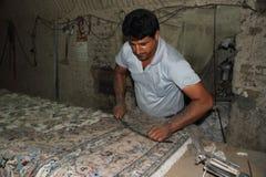 Fertigung eines persischen Teppichs Stockbilder
