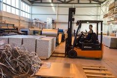 Fertigung und Zusammenbau von metallischen Sandwichplatten für Schiffe Lizenzfreie Stockfotos