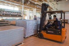 Fertigung und Zusammenbau von metallischen Sandwichplatten für Schiffe Stockbild