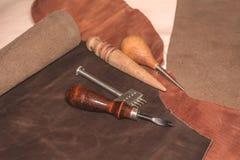Fertigung von Lederwaren Materialien und Werkzeuge für lederne Produktion Stockbild