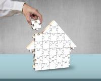 Fertigung, zum von Puzzlespielen in der Hausform zusammenzubauen Lizenzfreie Stockfotografie