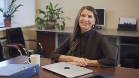 Fertigungsc$arbeiten der erfahrenen reifen Geschäftsfrau an Laptop-Computer im Büro stock footage