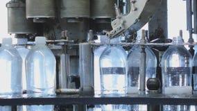 Fertigungsstraße für die Produktion und das Abfüllen von gekohlten Getränken Fabrik für die Produktion des Mineralwassers und stock footage
