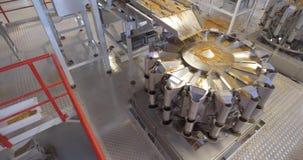 Fertigungsstraße in Lebensmittelverarbeitungsanlage stock video footage