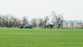 Fertilisation du tracteur dans le domaine refueling photographie stock libre de droits