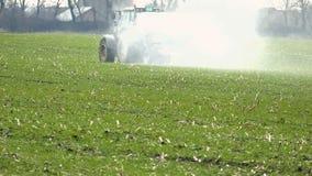 Fertilización de un campo del trigo metrajes