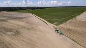 Fertilizante orgánico conducido tractor en el campo imágenes de archivo libres de regalías