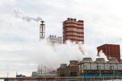 Fertilizantes minerales de la planta del extractor Ejemplo de la contaminación ambiental imagen de archivo
