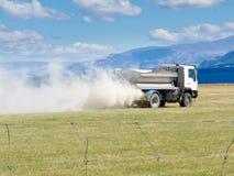 Fertilizzante di diffusione del camion sul prato del pascolo Fotografia Stock Libera da Diritti