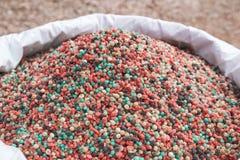 Fertilizzante variopinto nella borsa del fertilizzante Fotografie Stock