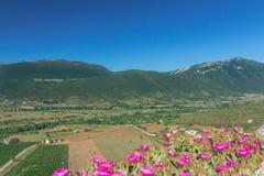 Fertilt lantligt landskap för grön dal med berg i italienare Abruzzo Arkivfoto
