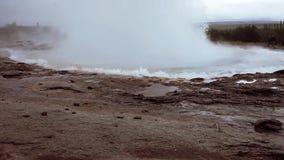 Fervendo, a água de borbulhagem da fonte entra em erupção acima Os close up video estoque