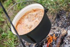 Fervendo, a sopa de goulash quente com carne, paprika, batatas, cebola, cenouras é o prato tradicional da culinária húngara fotografia de stock
