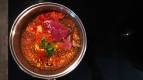 Ferver melhora a sopa de Kimchi Chigae do macarronete de Ramyeon no potenci?metro quente vídeos de arquivo