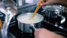 A fervura do cozinheiro o prato no fogão filme