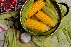 Fervura do milho doce com sal milho doce cozinhado no potenciômetro na tabela de madeira Imagens de Stock Royalty Free