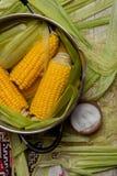 Fervura do milho doce com sal milho doce cozinhado no potenciômetro na tabela de madeira Imagem de Stock Royalty Free