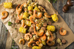 Fervura tradicional caseiro do camarão de Cajun foto de stock