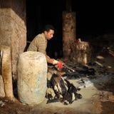 Fes皮革皮革厂的工作者 库存图片