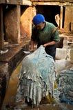 Fes皮革皮革厂的工作者 免版税库存图片
