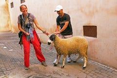 FES, MAROCCO - 2013年10月15日:男人和妇女有他们的绵羊的 库存照片