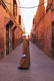 FES, MAROCCO - 2013年10月15日:美丽的装饰的在街上的男人在Eid Al的 库存照片