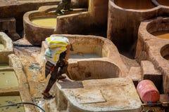 Fes, Μαρόκο - 28 Φεβρουαρίου 2017: Σκληρή δουλειά στους φλοιούς μέσα Στοκ Φωτογραφίες