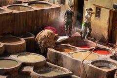 Fes, Μαρόκο - 28 Φεβρουαρίου 2017: Σκληρή δουλειά στους φλοιούς μέσα Στοκ Εικόνα