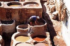 FES - 17-ОЕ ОКТЯБРЯ: Кожи человека Morrocan работая умирая в tann Fes Стоковое Изображение RF