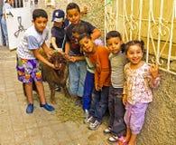 FES, MAROCCO - 15 Οκτωβρίου 2013: Παιδιά με τα πρόβατά τους στο Al Eid Στοκ φωτογραφία με δικαίωμα ελεύθερης χρήσης