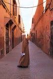 FES, MAROCCO - 15 Οκτωβρίου 2013:  Όμορφο ντυμένο επάνω άτομο στις οδούς στο Al Eid Στοκ Φωτογραφίες