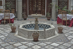 FES, MAROCCO - 19 FEBBRAIO 2017: L'interno di piccola famiglia del riad ha posseduto l'hotel nel Medina di Fes Fotografia Stock Libera da Diritti