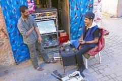 FES, MAROCCO - 15 octobre 2013 : Affilage des couteaux sur Eid al-Adha Photographie stock