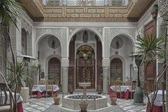 FES, MARRUECOS - 19 DE FEBRERO DE 2017: El interior de una pequeña familia del riad poseyó el hotel en el Medina de Fes Imagenes de archivo