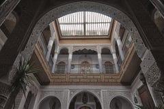 FES, MARRUECOS - 19 DE FEBRERO DE 2017: El interior de una pequeña familia del riad poseyó el hotel en el Medina de Fes Imágenes de archivo libres de regalías