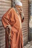 FES, MARRUECOS - 20 DE FEBRERO DE 2017: Hombre no identificado en el Medina de Fes Imagenes de archivo