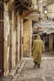 FES, MARRUECOS - 20 DE FEBRERO DE 2017: Hombre no identificado que camina en el Medina de Fes Imagen de archivo