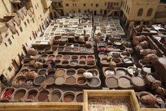 FES, MARRUECOS - 20 DE FEBRERO DE 2017: Hombres que trabajan dentro de los agujeros de la pintura en la curtiduría famosa de Chou Fotos de archivo libres de regalías
