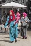 FES, MARRUECOS - 20 DE FEBRERO DE 2017: Mujeres no identificadas en el Medina de Fes Imagen de archivo libre de regalías