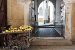Fes - medina med moskén hänrycker Royaltyfri Foto