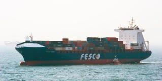 Fesco Diomid för behållareskepp flyttning vid havet Nakhodka fjärd Östligt (Japan) hav 26 04 2015 Arkivbild