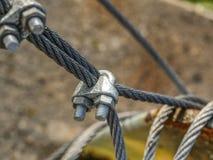 Fesseln befestigt zu den Drahtseilen und zum Sicherheitsnetz stockfotos