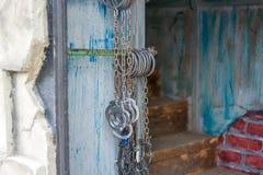 Fesseln, die an der Wand vor dem Eingang zum Kerker hängen stockfotografie