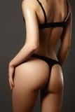 Fesses du sport de la femme sexy en plan rapproché noir de lingerie Beautifu Image libre de droits