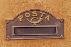 fessura per l'inserimento della posta in una cassetta delle lettere fotografia stock libera da diritti