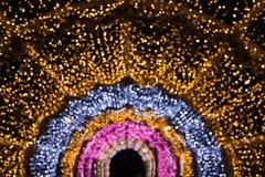 Festão borrada como o arco ou o semicírculo Bokeh do borrão da luz da noite da cidade, fundo defocused Teste padrão abstrato do f imagens de stock
