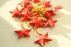 Festão cinco-aguçado vermelha das estrelas Fotos de Stock